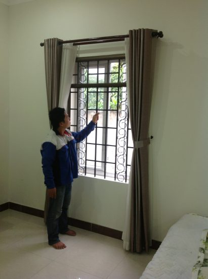 Cách sử dụng cửa lưới chống muỗi tự cuốn