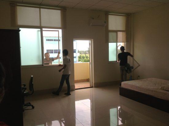 Nhân viên công ty đang tiến hành lắp đặt sản phẩm cửa lưới chống muỗi