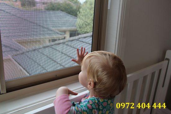 Lắp cửa lưới bảo vệ trẻ khỏi côn trùng đốt