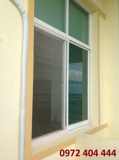 Lắp đặt cửa lưới chống muỗi cho cửa sổ